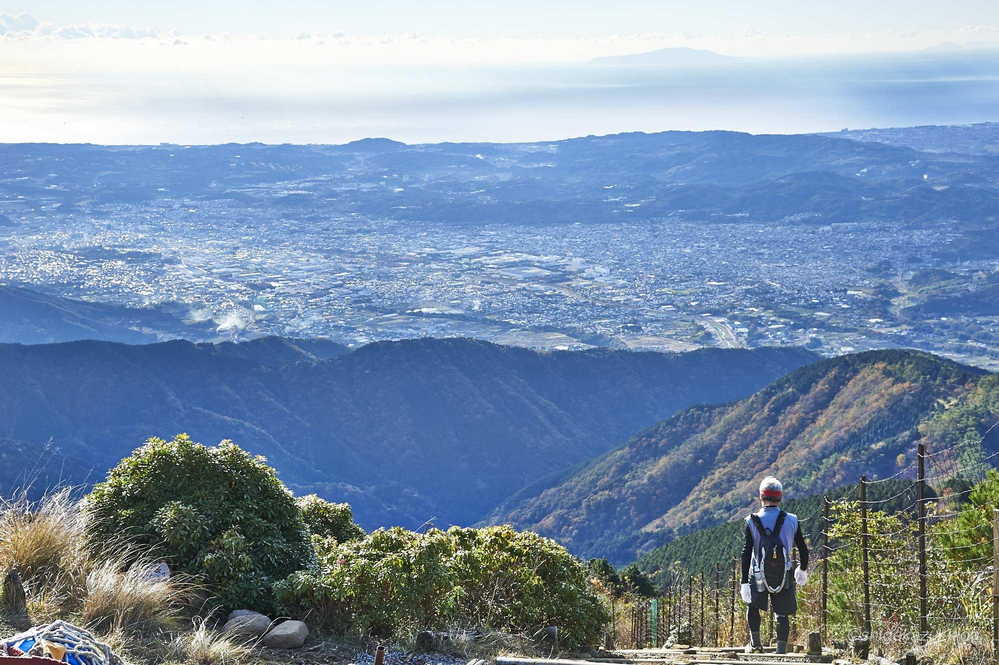 塔ノ岳からの風景と登山者