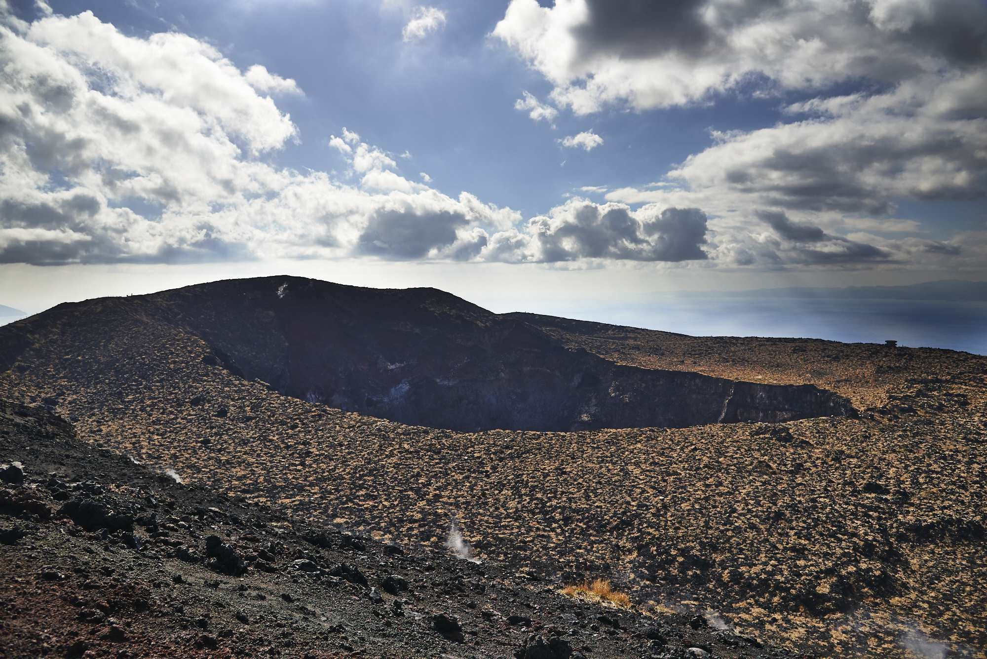 伊豆大島三原山の噴火口