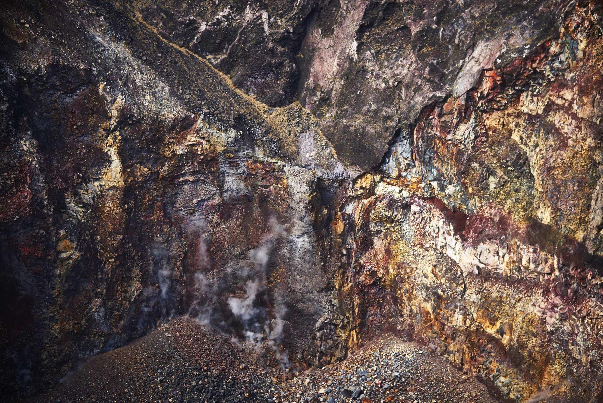 伊豆大島三原山の火口壁