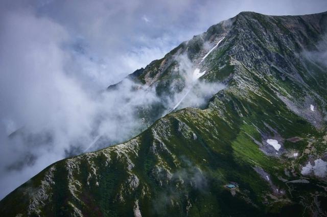 北アルプスの剱岳の劔御前の稜線