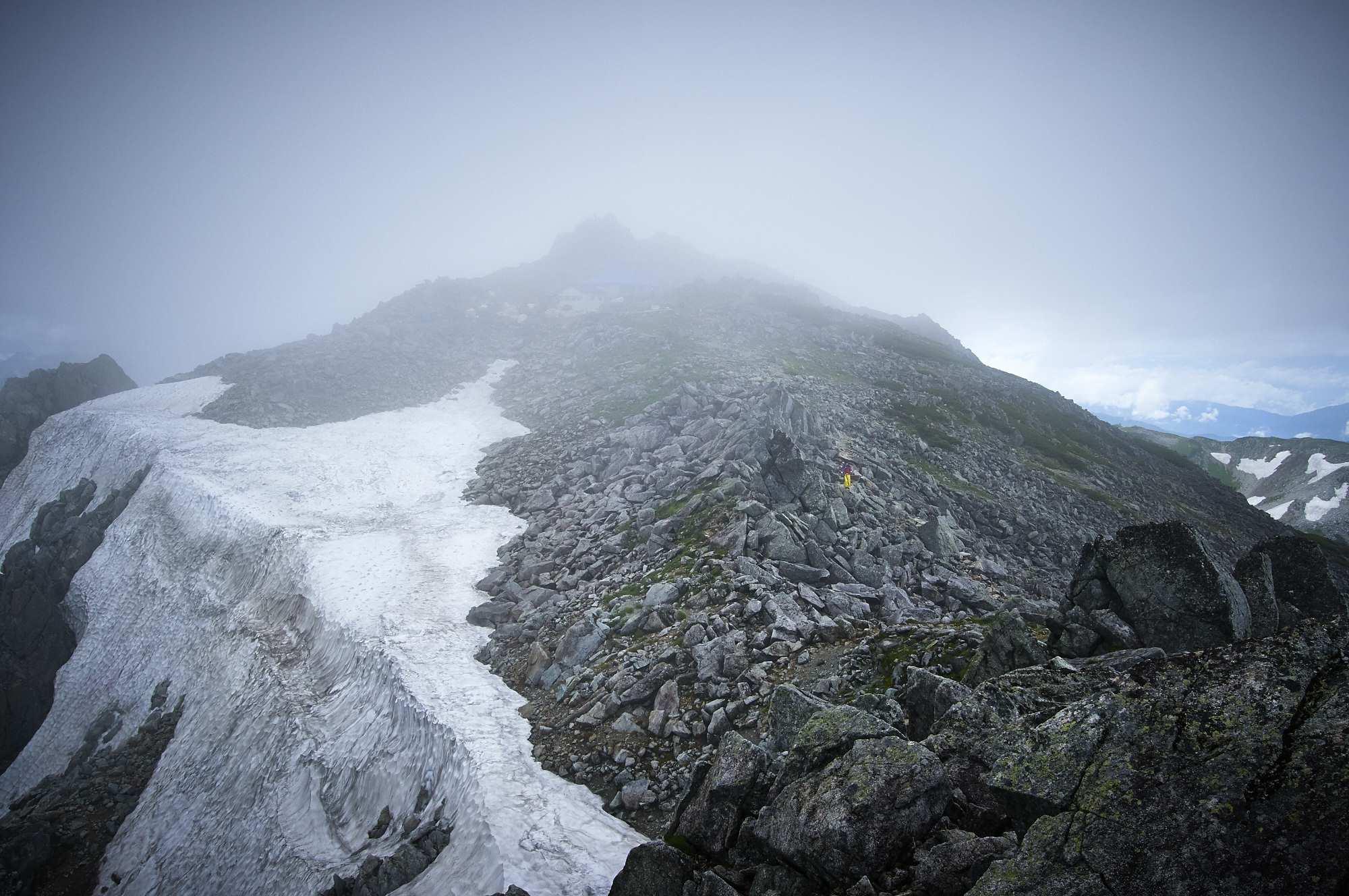 北アルプスの立山の登山道の残雪