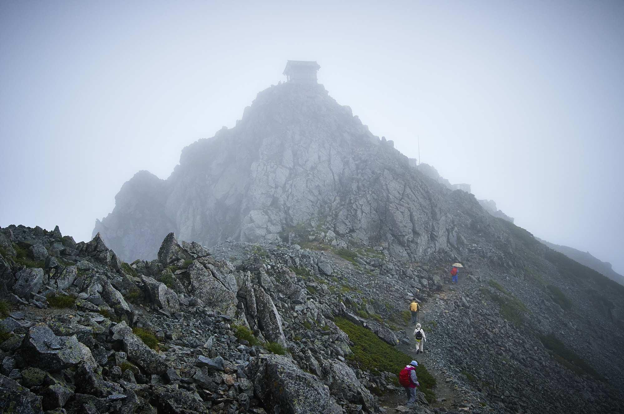 北アルプスの立山の登山道の雄山神社
