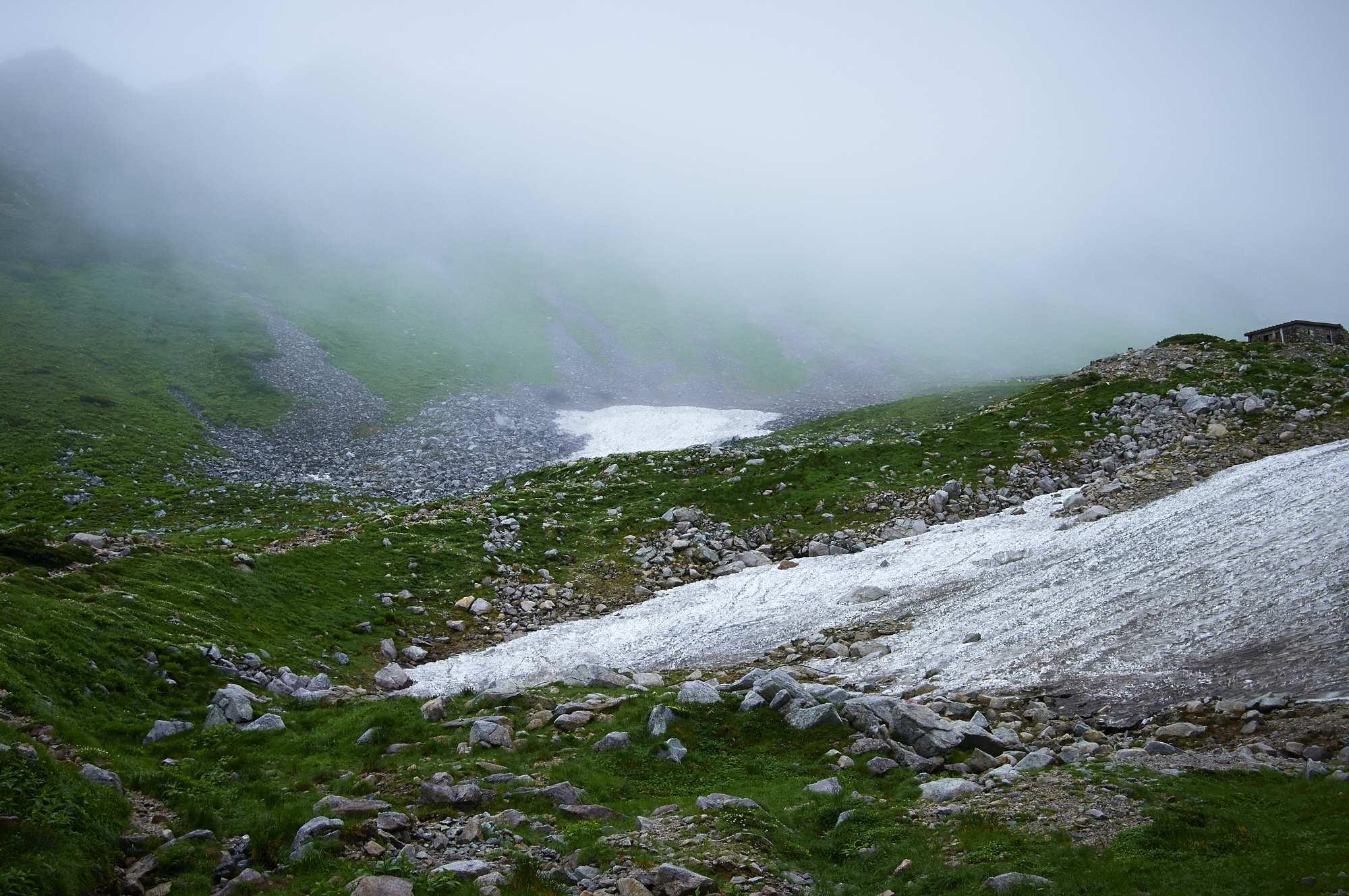 北アルプスの剱沢雪渓