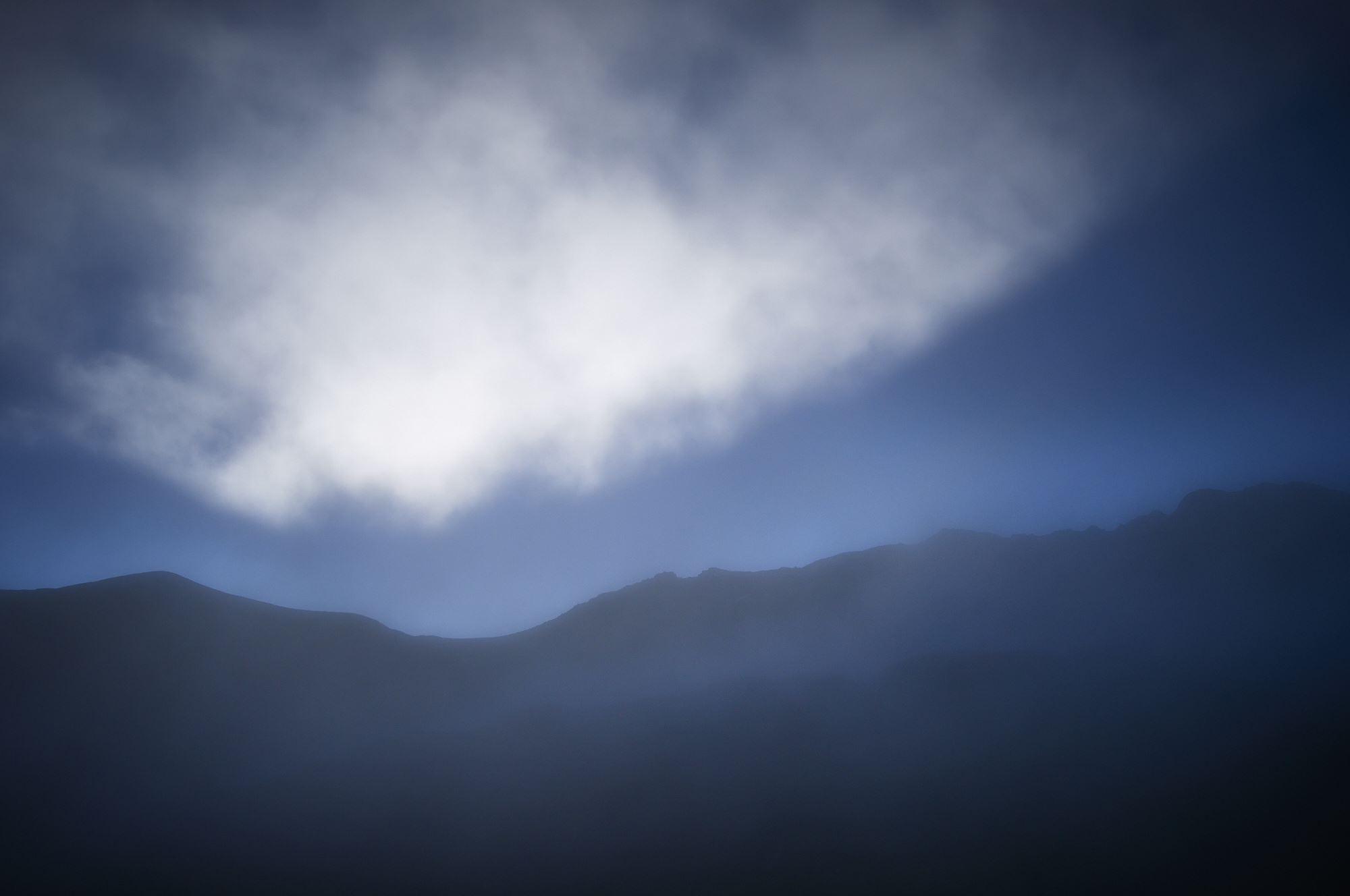北アルプスの立山室堂から見る浄土山の靄