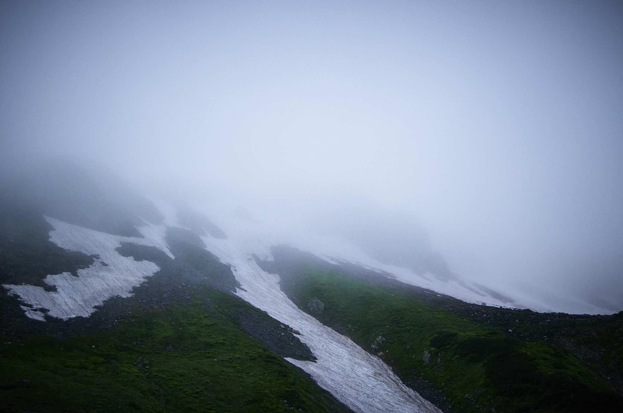 北アルプスの剱岳の劔御前の靄と残雪
