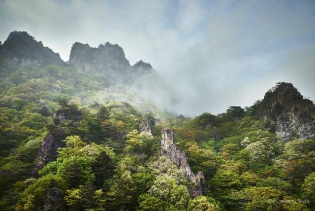 そそり立つ妙義山の岩峰