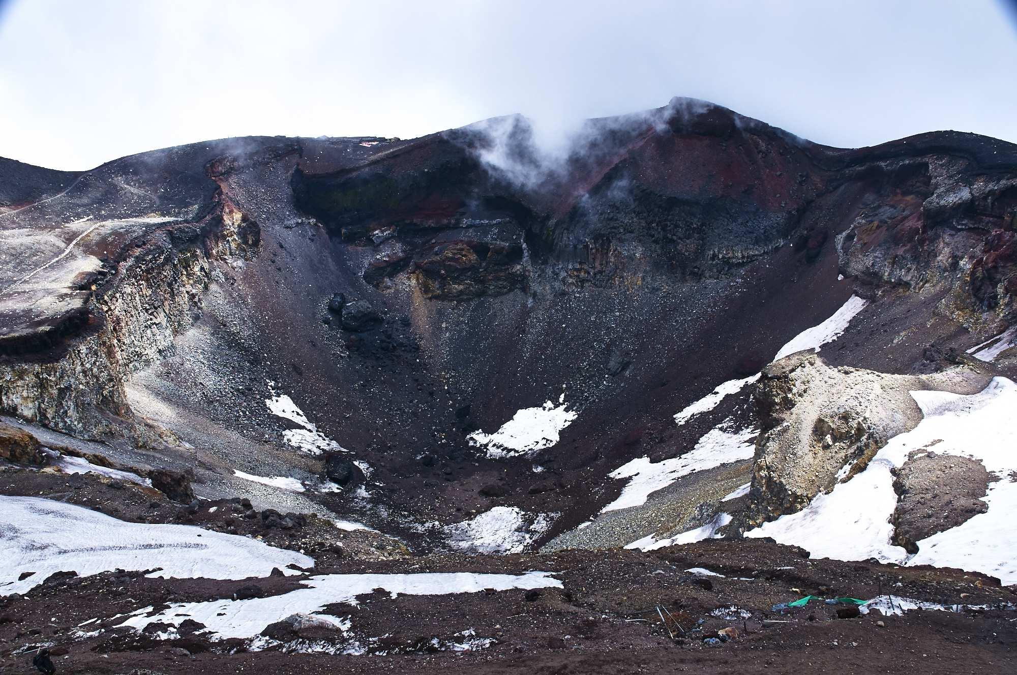 富士山の山頂の火口