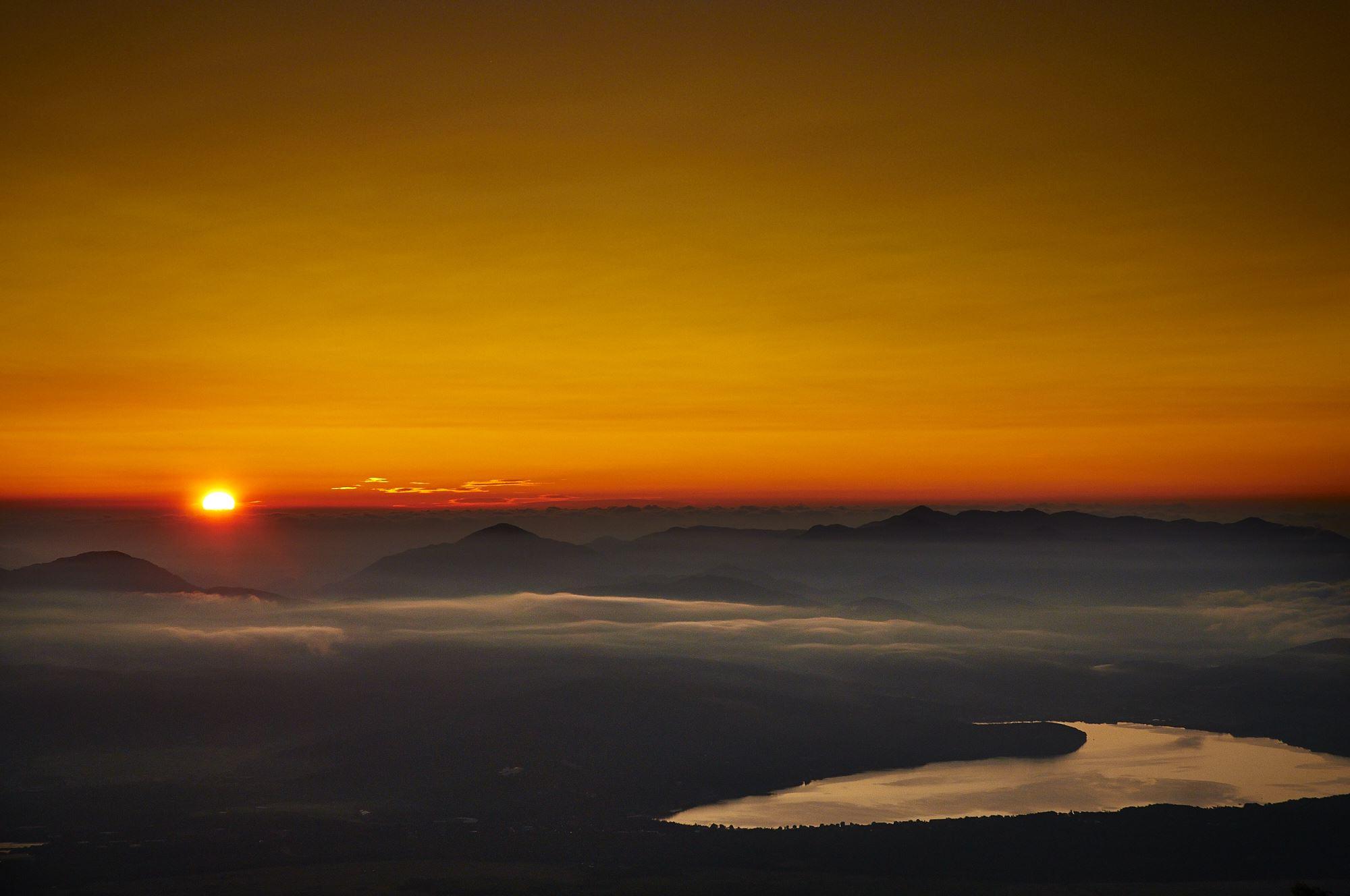 富士山の御来光と山中湖
