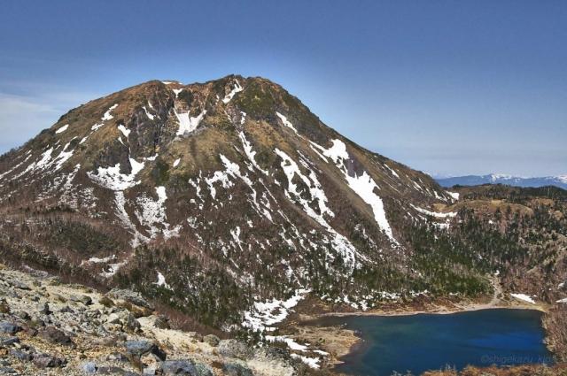 前白根からの残雪の日光白根山と五色沼