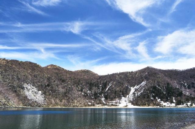 日光白根山の残雪の五色沼と五色山