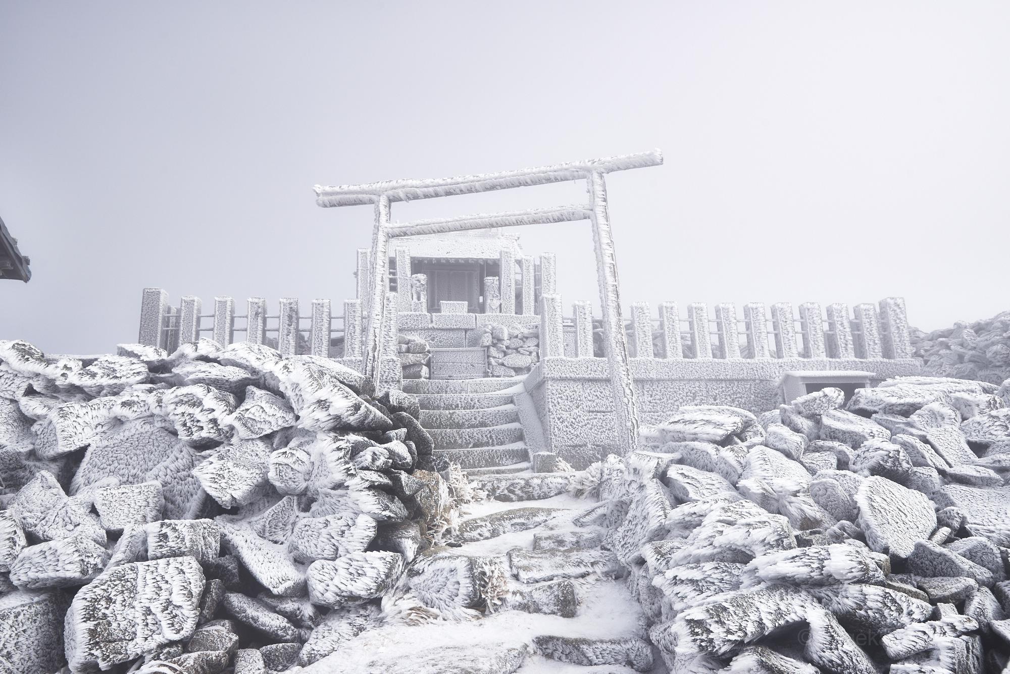 雪の木曽駒ヶ岳の駒ヶ岳神社