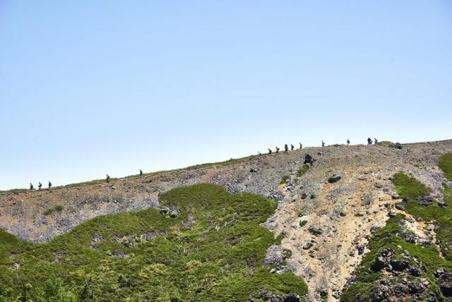 本白根山山頂稜線と登山者