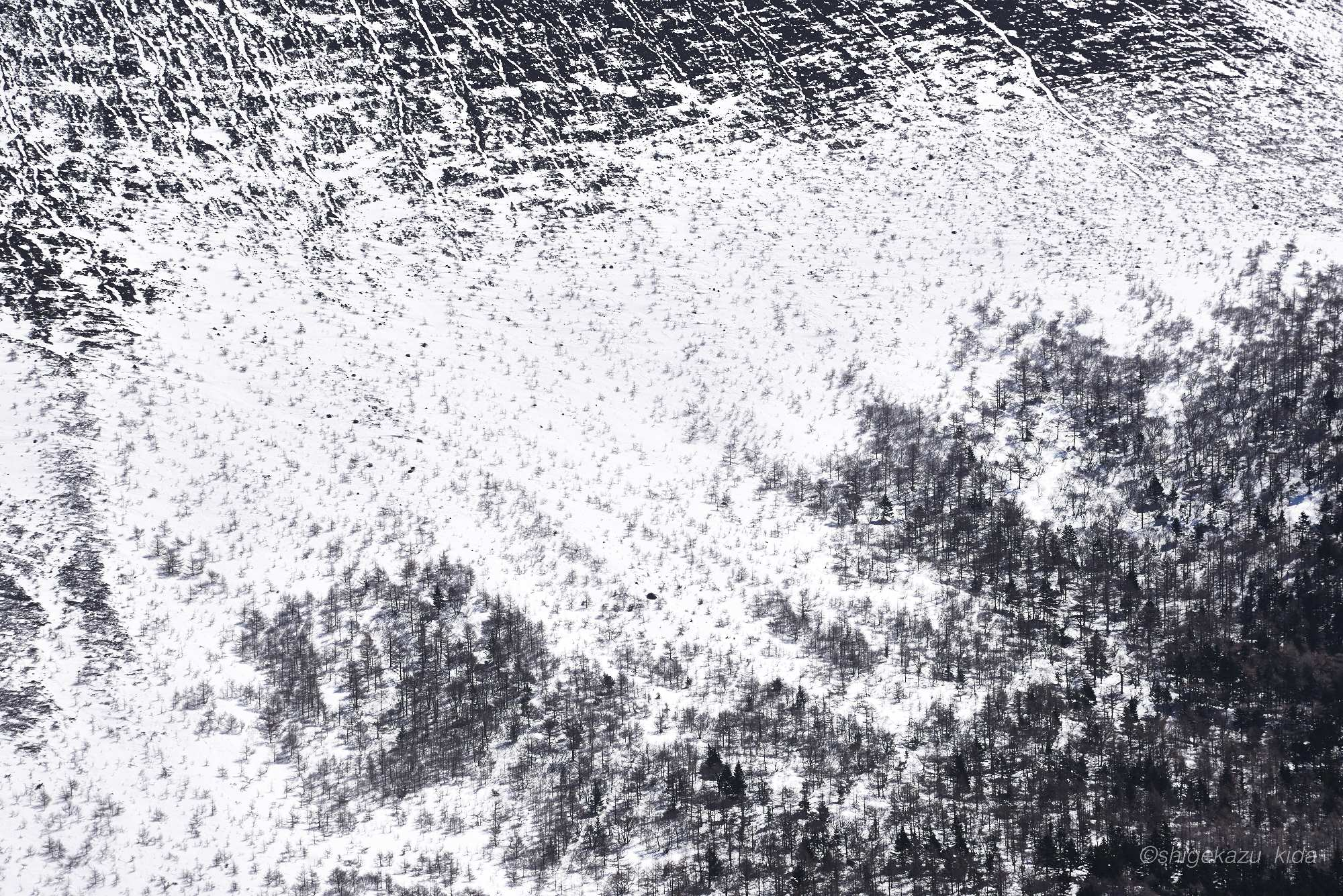 雪の浅間山の山肌