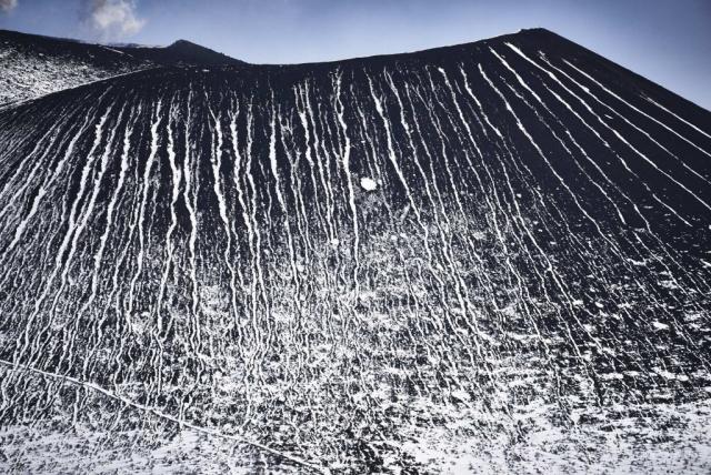 残雪の浅間山山頂