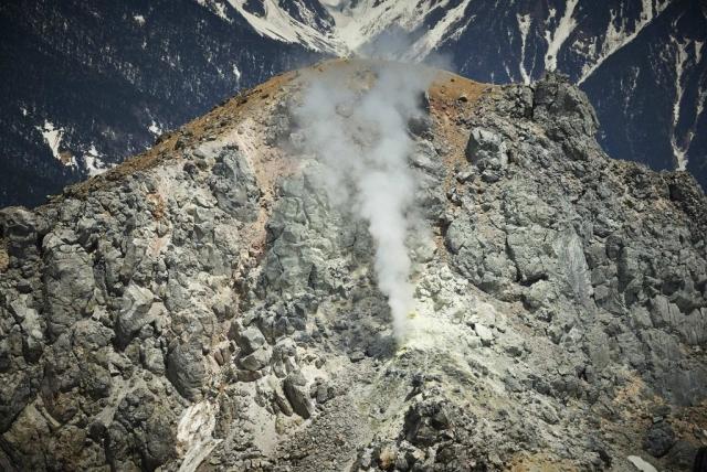 北アルプスの焼岳の噴煙
