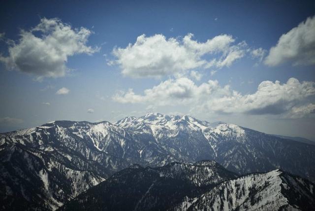 北アルプスの焼岳から見る残雪の乗鞍岳