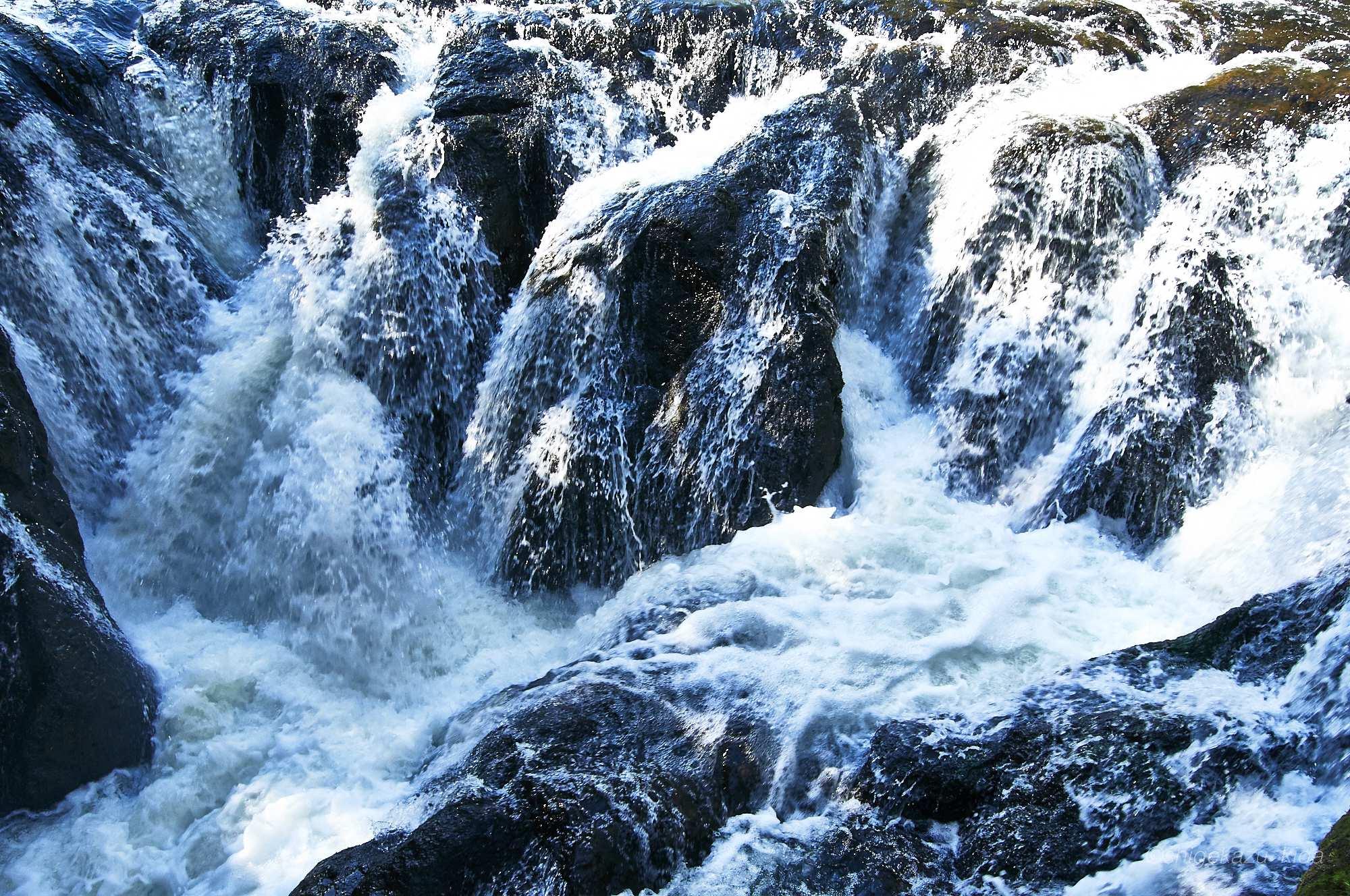 中禅寺湖につながる湯川の流れ