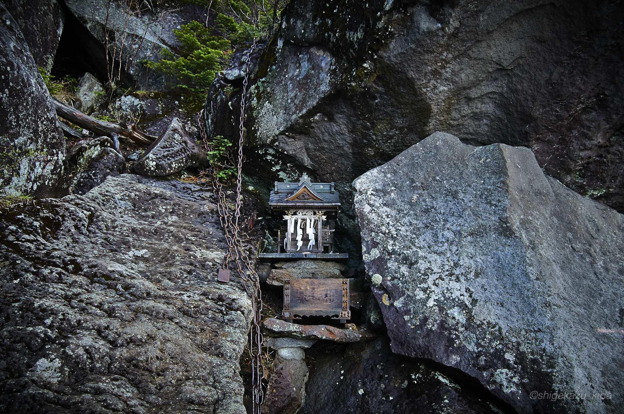 男体山の滝尾神社の祠