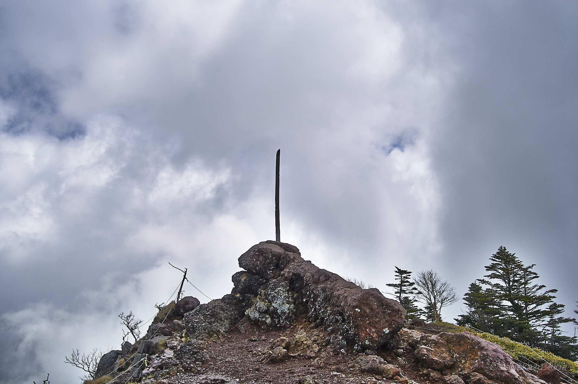 男体山山頂の神剣