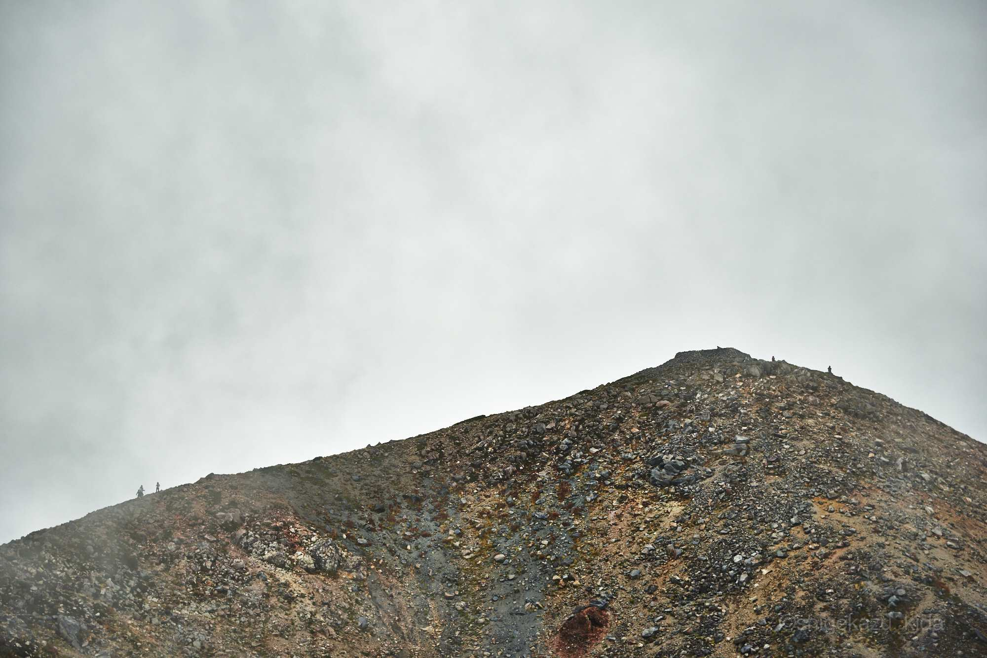 白山の稜線と登山者と雲