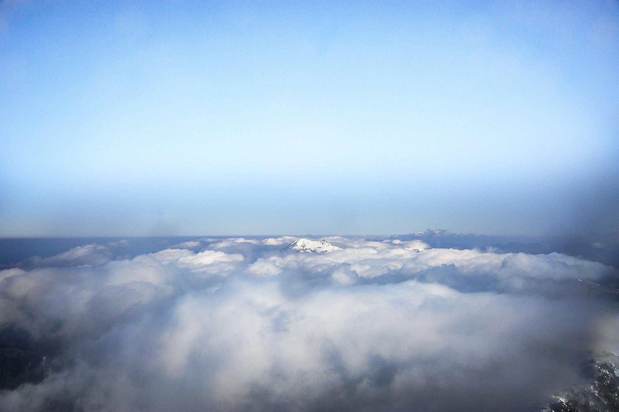 冬の雪山の石鎚山山頂からの景色