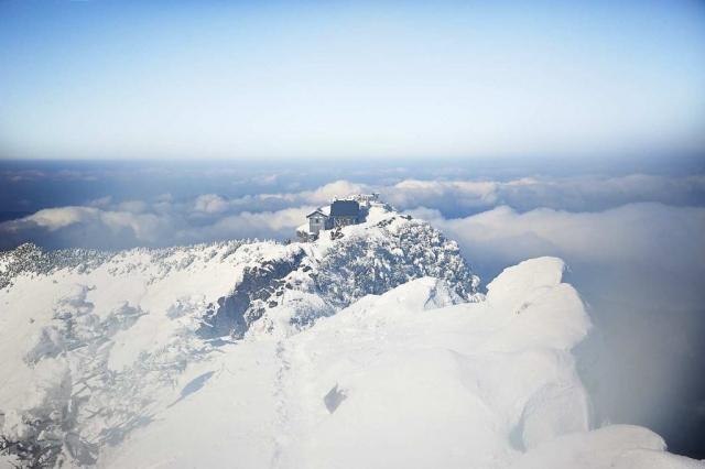 冬の雪山の石鎚山の山頂からの景色