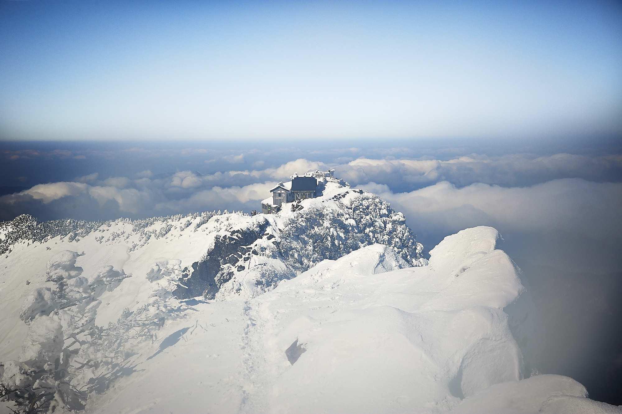 冬の雪山の石鎚山山頂の石鎚神社