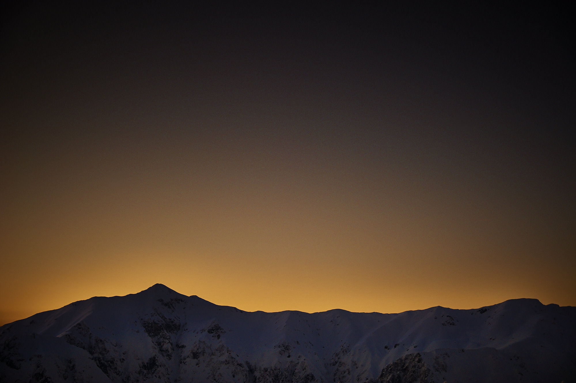 西穂山荘から見る冬の笠ケ岳の夕景