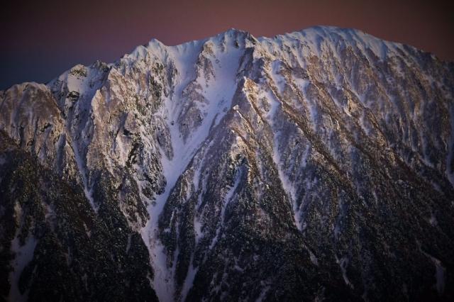 西穂山荘から見る冬の霞沢岳の夕暮れ