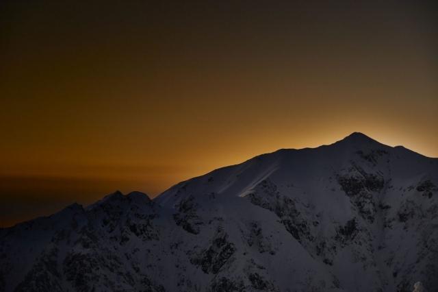 西穂山荘から見る冬の笠ケ岳の夕暮れ