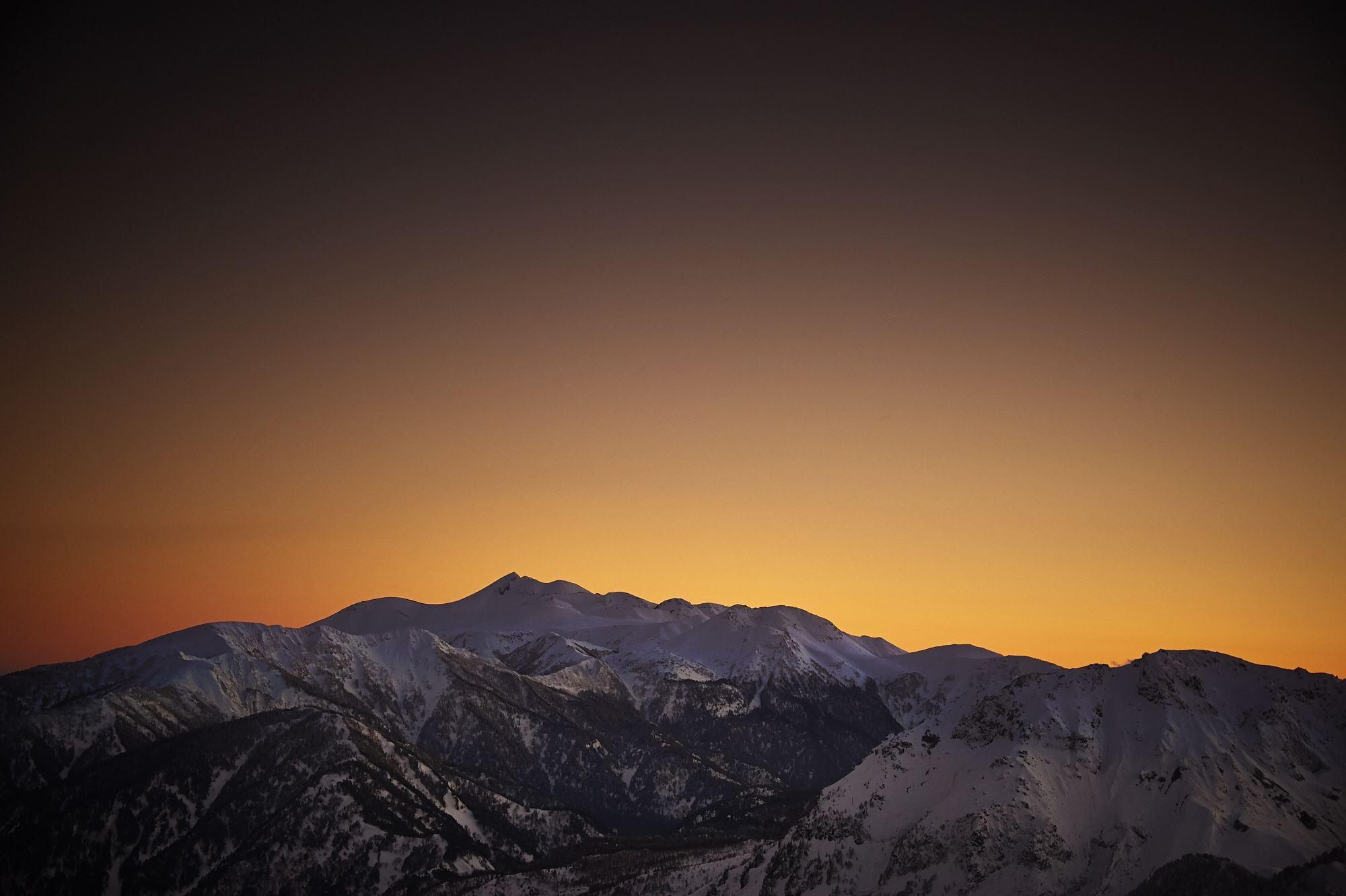 西穂山荘から見る冬の乗鞍岳の夕景