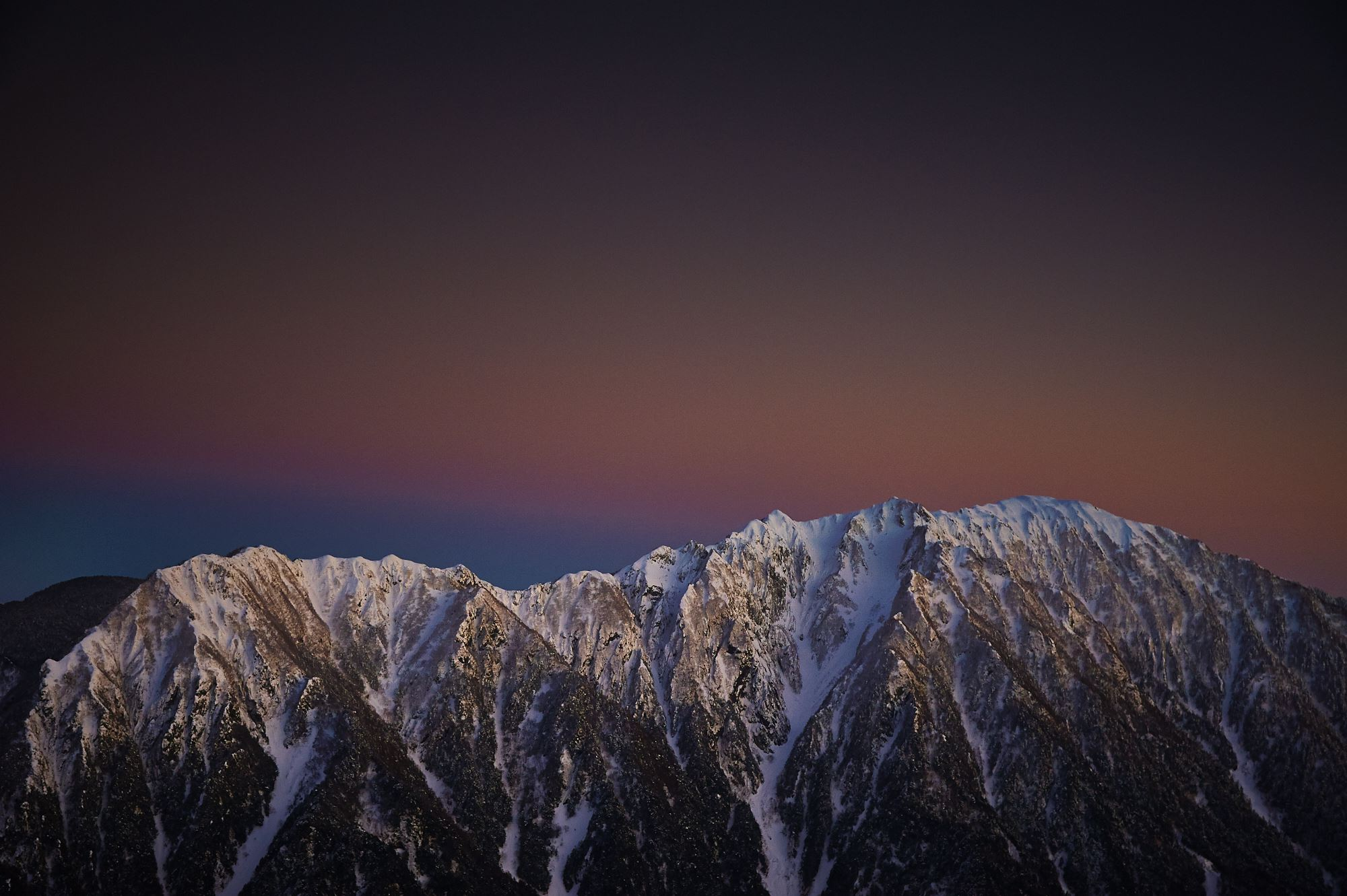 西穂山荘から見る冬の霞沢岳の夕景