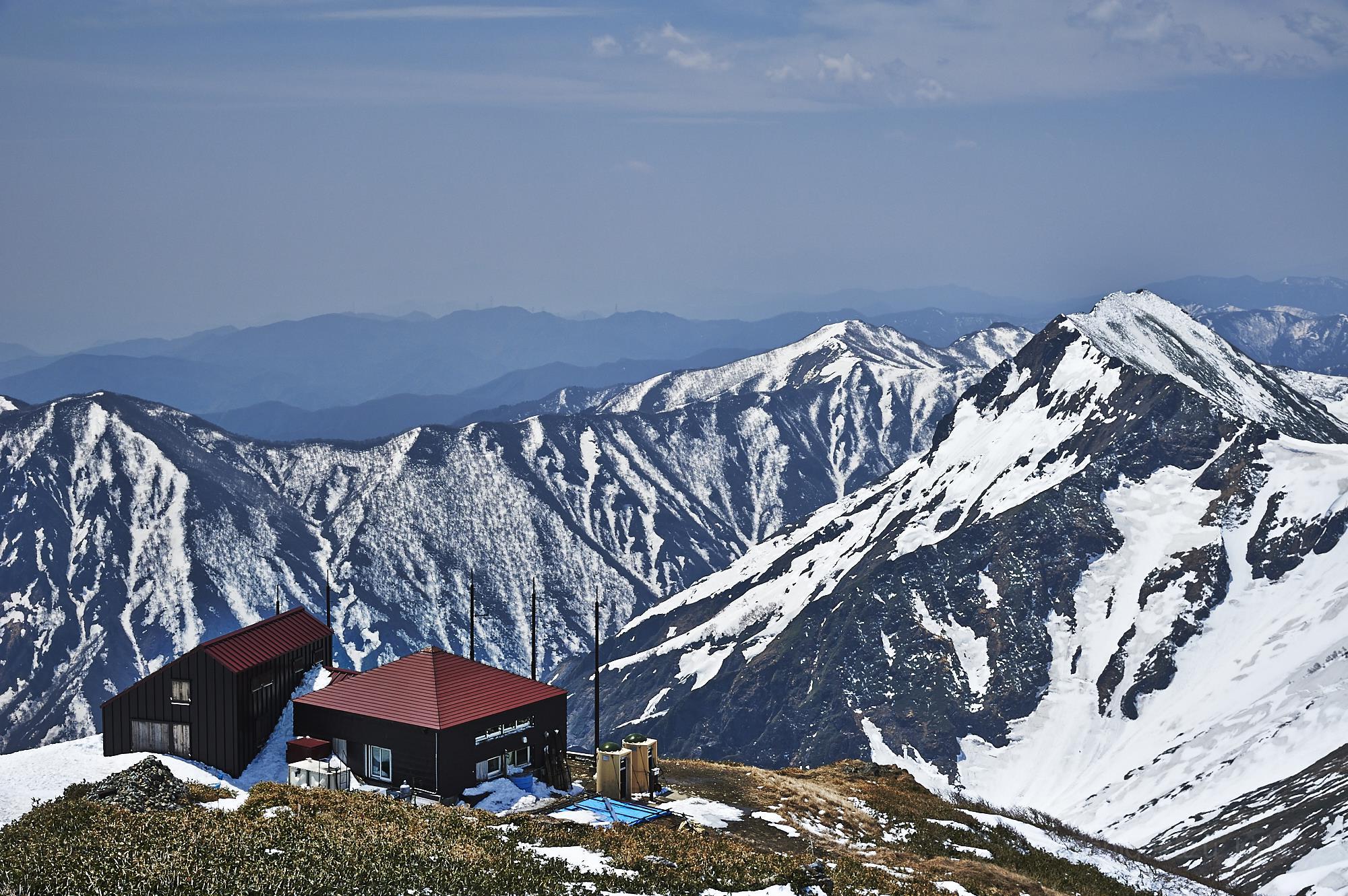 谷川岳の肩の小屋と残雪の万太郎山