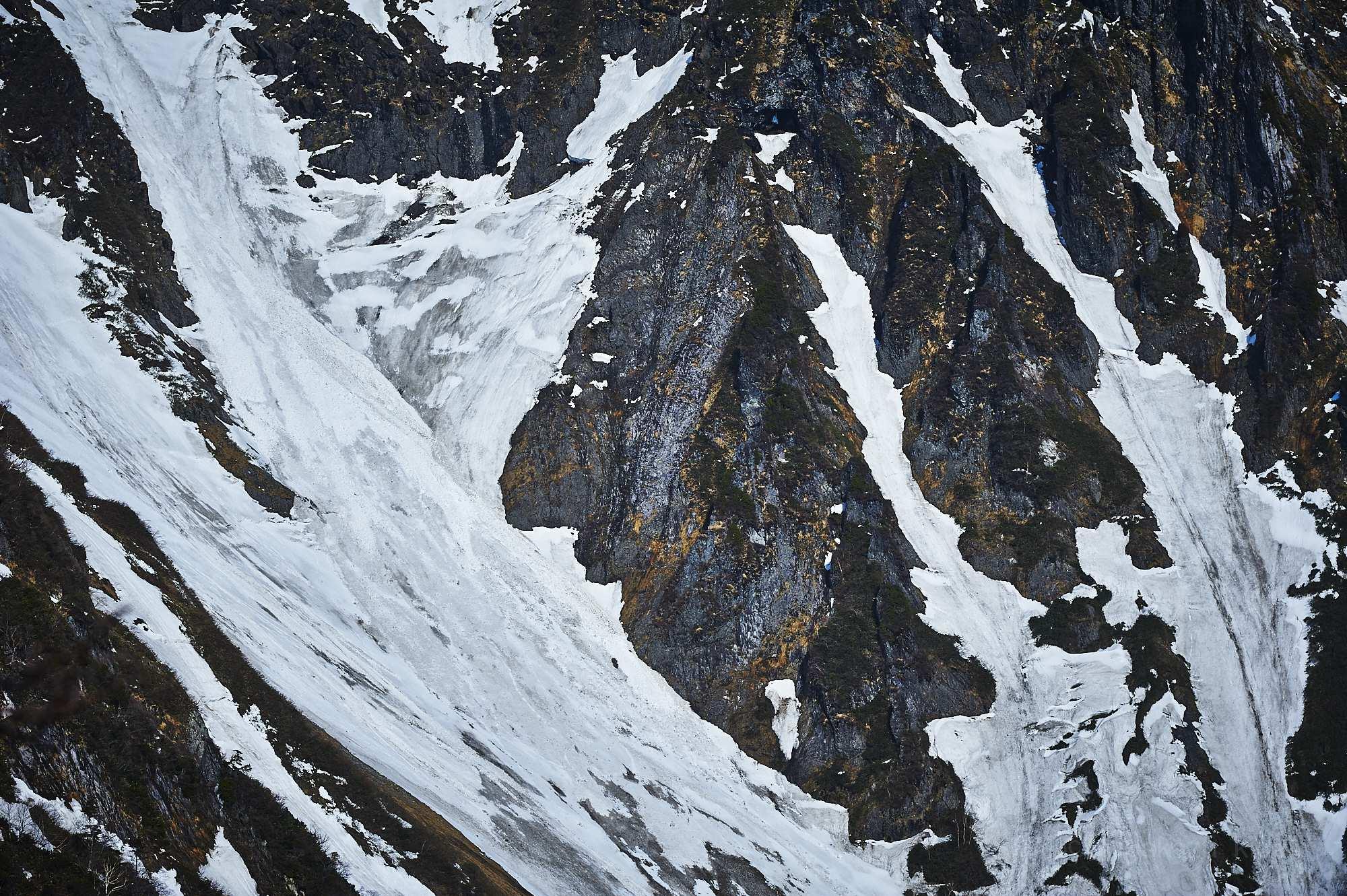 谷川岳の残雪と岩肌