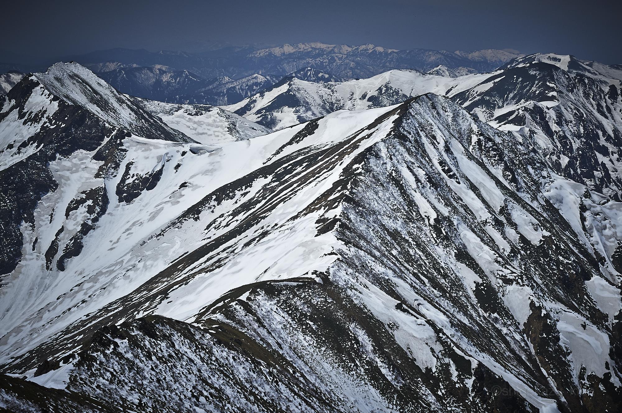谷川岳から万太郎山方面の残雪の風景