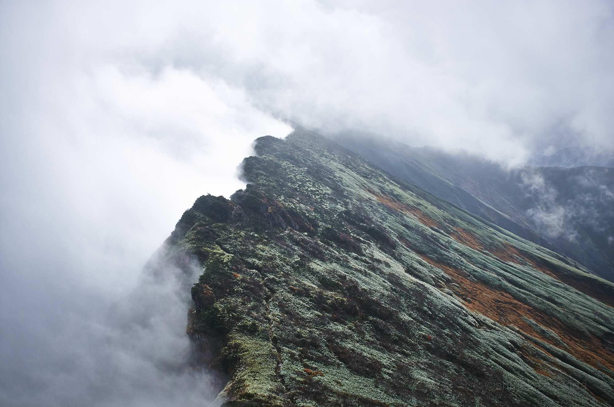 谷川岳の稜線と雲