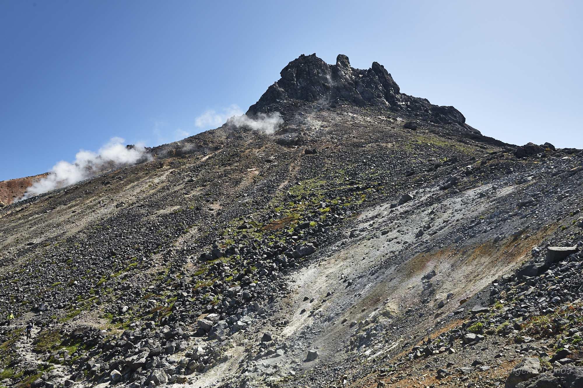 那須岳の茶臼岳山頂と噴煙