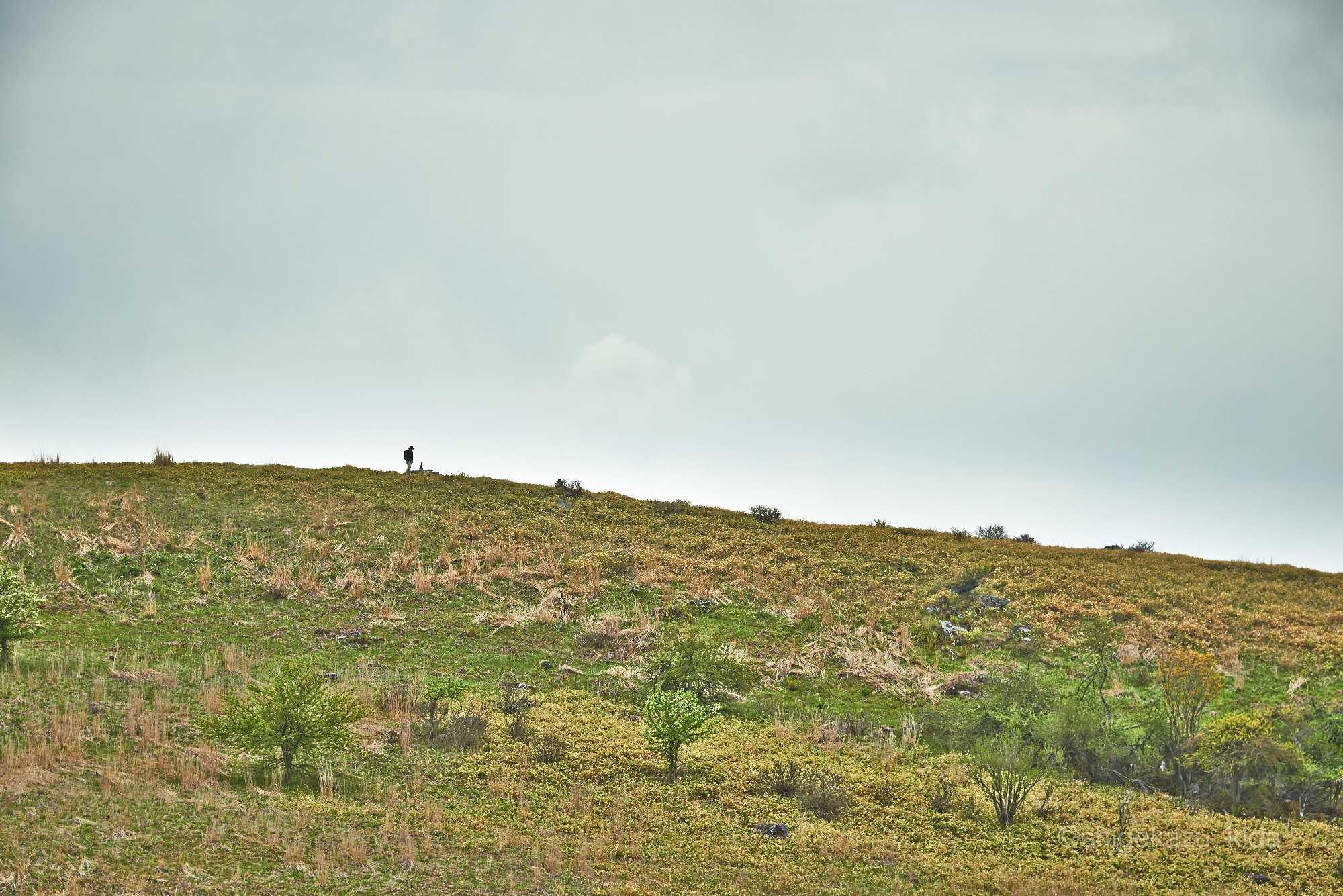 霧ヶ峰稜線と登山者