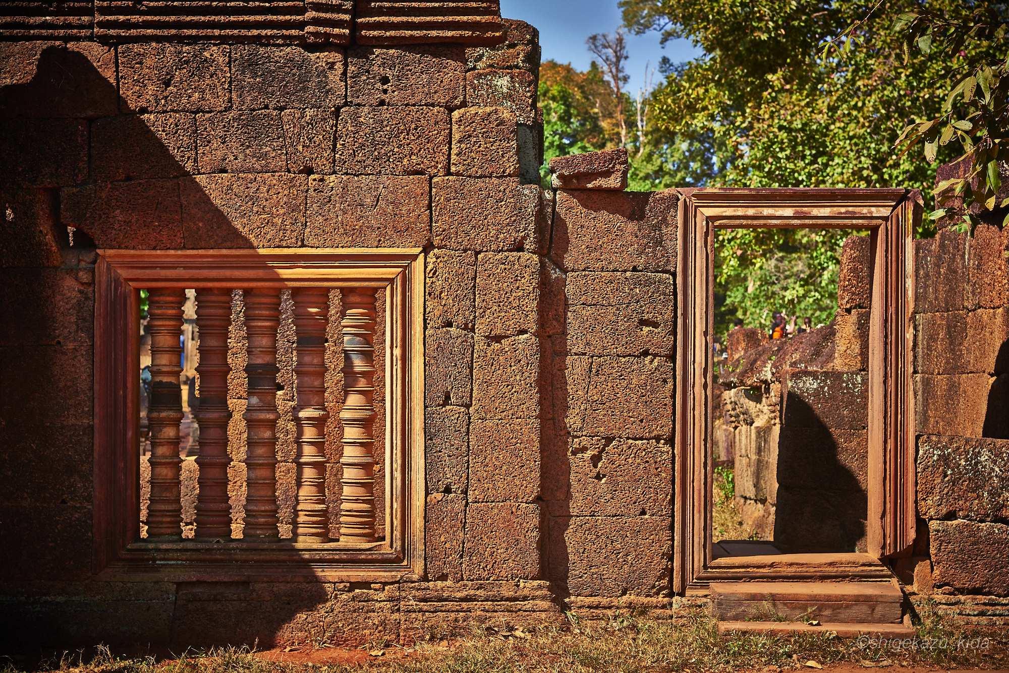 Angkor(アンコール)遺跡群にあるBanteaySrei(バンテアイ・スレイ)の連子窓と扉